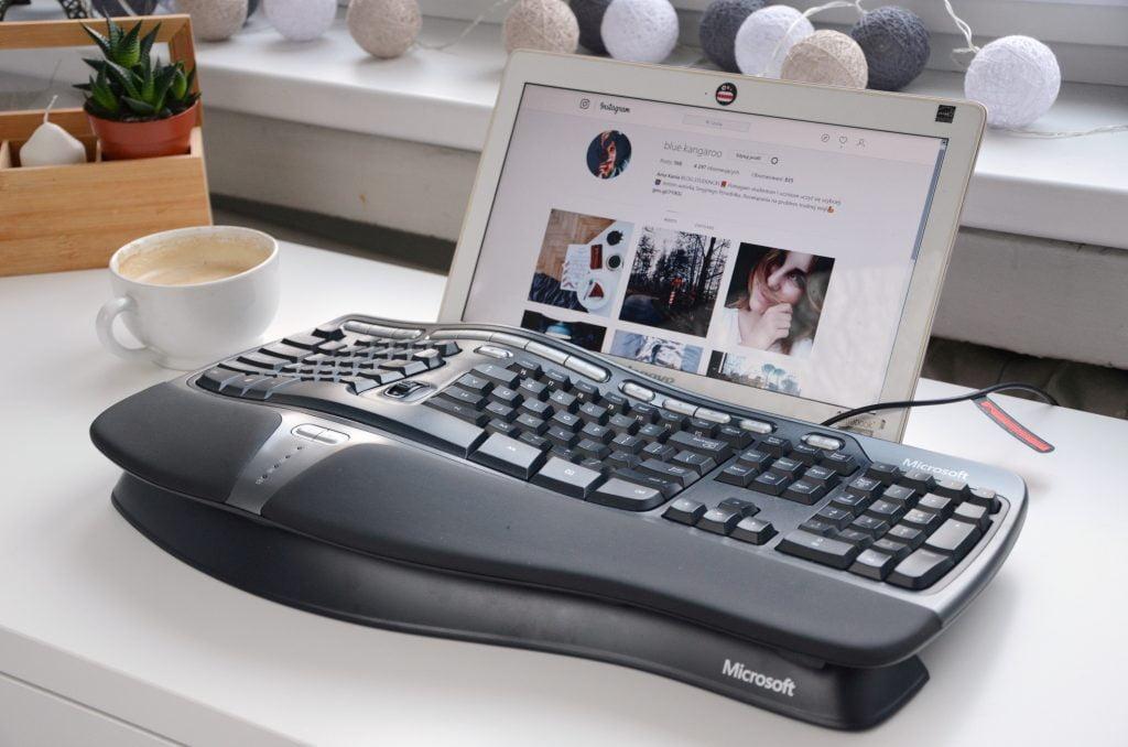 Ergonomiczna klawiatura - ergonomiczne stanowisko pracy biurowej