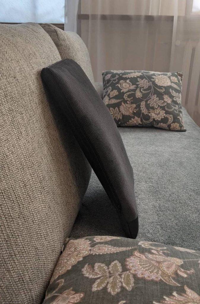Spina-Bac korektor postawy siedzącej na sofę. Szwedzka poduszka korygująca
