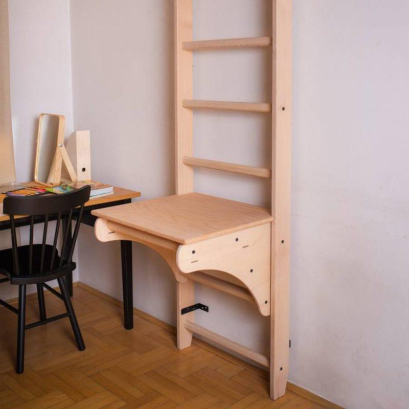 Drabinka gimnastyczna BenchK 111 a biurkiem Benchtop BT204 do nauki